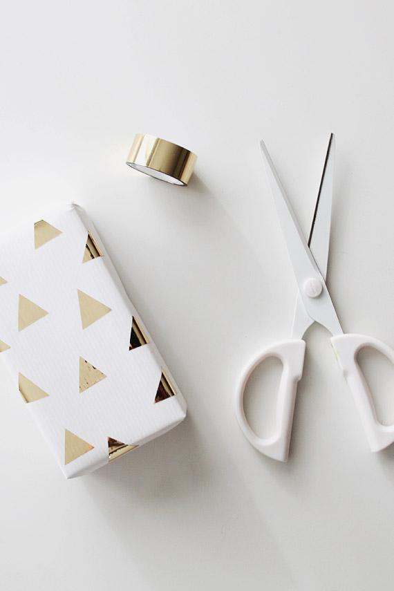 Simple elegant DIY Christmas gift wrap idea with gold washi tape Christmas trees on white paper #christmas #christmasgiftwrap #giftwrap #gold #washitape