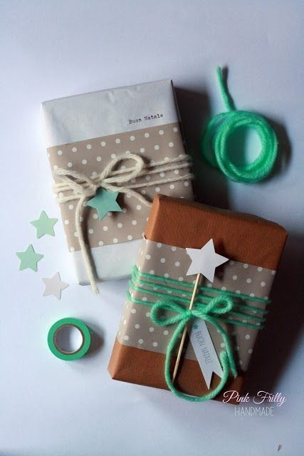 Christmas Gift Wrap Ideas - simple elegant DIY Christmas gift wrap with brown paper, gold and white washi tape and for a vintage twist yarn bows #christmas #giftwrap #christmasgiftwrap #simplechristmas #washitape #brownpaper #yarn #christmascrafts