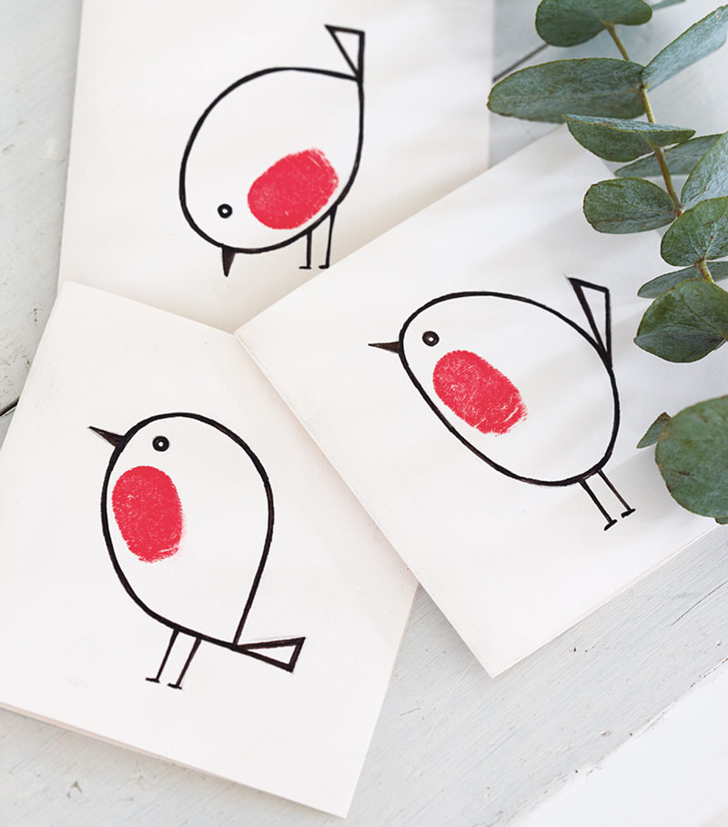 Fingerprint Christmas cards kids can make - easy homemade Christmas cards children can make with these fun fingerprint robins. The whole family - even toddlers - can join in with this fab idea for Christmas finger painting fun #christmascards #fingerprint #fingerpainting #christmasfun #kidscrafts #robin #christmascrafts