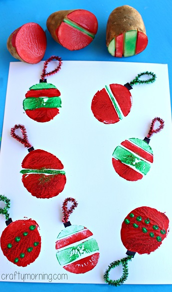 Christmas cards with potato prints - easy Christmas Cards little kids in preschool and younger can make with potato print stamping. This fun potato stamp idea could also be used for Christmas wrapping paper and other kids art projects #christmascards #christmascrafts #christmas #potatostamp #printing #stamping #kidscrafts