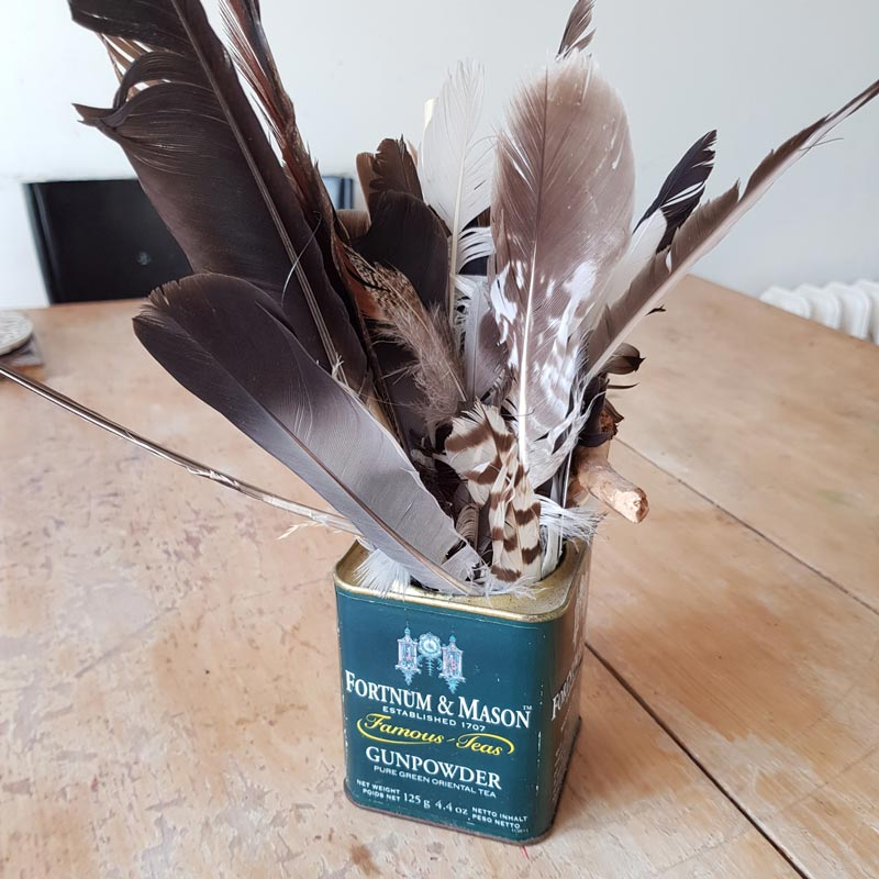 Painting with features - a super simple natural craft for children #painting #feathers #nature #lovenature #naturecrafts #birds