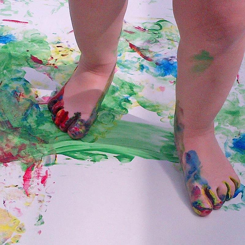 Freestyle feet painting ... enjoying life slowed down #painting #outdoors #feetpainting #slowparenting