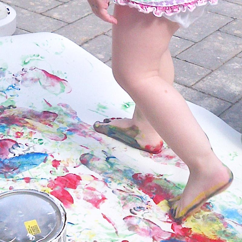 Freestyle feet painting ... enjoying life slowed down #painting #outdoors #feetpainting #slowparenting